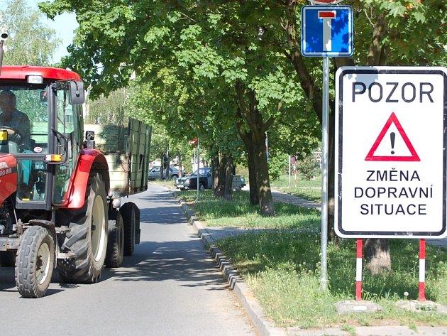 Na změnu dopravního značení upozorňuje značka. Někteří místní lidé si však myslí, že situace se změnou spíše zhoršila.