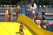 Koupaliště v Penčicích od letošního léta láká návštěvníky na nové vodní atrakce. Nejoblíbenější z nich se stala nová desetimetrová skluzavka, která byla včera už od ranních hodin obsypána dětmi.