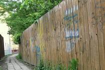 """Kozí uličku v Hranicích """"zdobí"""" poničený plot a často i nepořádek na zemi."""