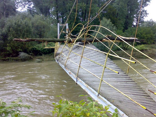 Ocelovou lávku přes Bečvu u osady Kamenec nedaleko Skaličky poničily stromy, které unášela dravá řeka. Obyvatelé Skaličky a Kamence jsou tak odříznuti od vlakové zastávky.
