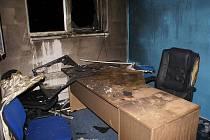 Policejní vyšetřovatel vyčíslil škodu na 100 tisíc korun a další, která dosud nebyla ustanovena, vznikla také na poškození kancelářských prostor.