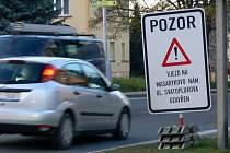 Upozornění řidičů na uzavírku Svatoplukovy ulice v Hranicích ani po dvou týdnech nezmizelo