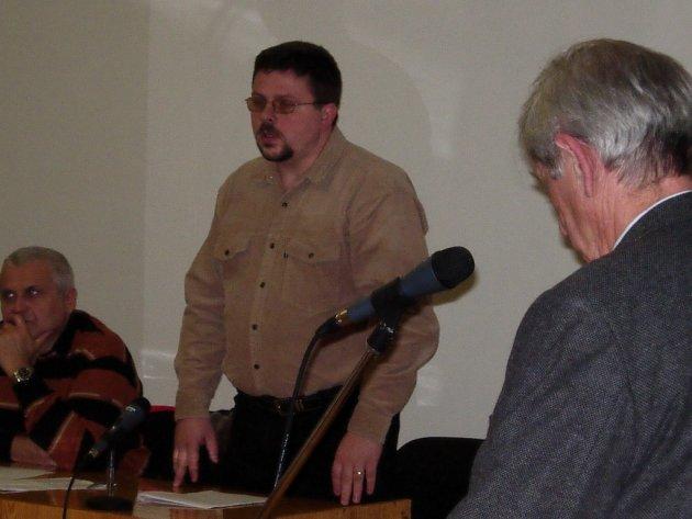 Bývalý starosta Milenova Karel Klein na snímku uprostřed. Ilustrační foto.