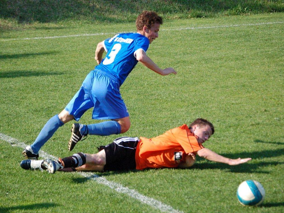 Krajský přebor:  Kozlovice (v oranžovém) proti Šternberku.