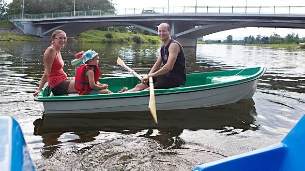 Po řece Bečvě v Hranicích se lze projet na lodičkách či šlapadlech