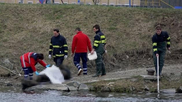 V Bečvě u hranického jezu v sobotu našli mrtvé tělo