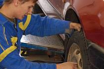 Plné ruce práce mají v těchto dnech automechanici s výměnou letních pneumatik za zimní.