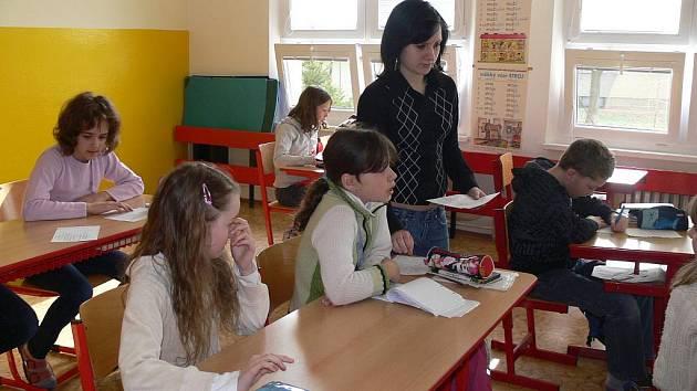 Starší spolužáci se na prvním stupni vystřídali v roli učitelů
