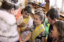 V mateřince Pohádka na Hromůvce dostali předškoláci korunku a šerpu.