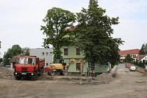Městys Hustopeče nad Bečvou mění svou tvář. Kvůli nové křižovatce u kostela musely padnout čtyři stromy.