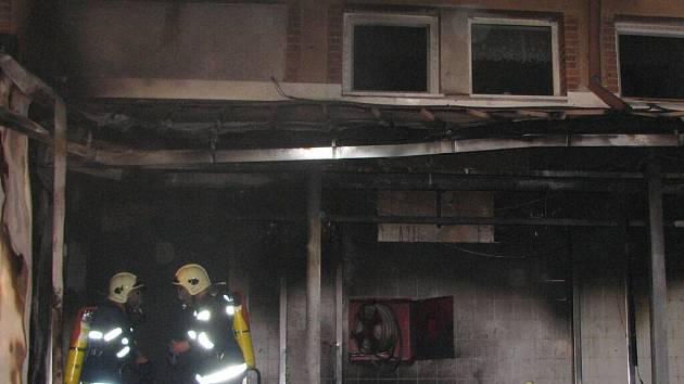 Vyšetřovatelé budou na místě včerejšího požáru pracovat ještě i dnes. Jednou z variant, proč uherskobrodský masokombinát vzplál, je totiž i úmyslné zapálení.