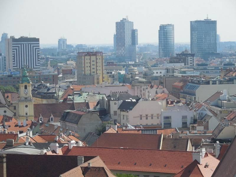 Žlutý mrakodrap v Bratislavě.