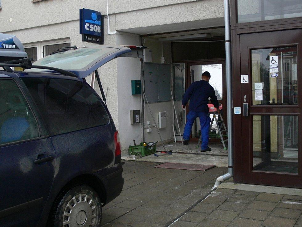 Bankomat lupiči vytrhli z budovy zdravotního střediska v Tovačově.