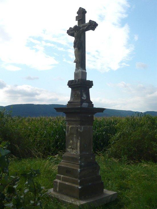Kříž, u kterého se odbočuje směr Slavíč.