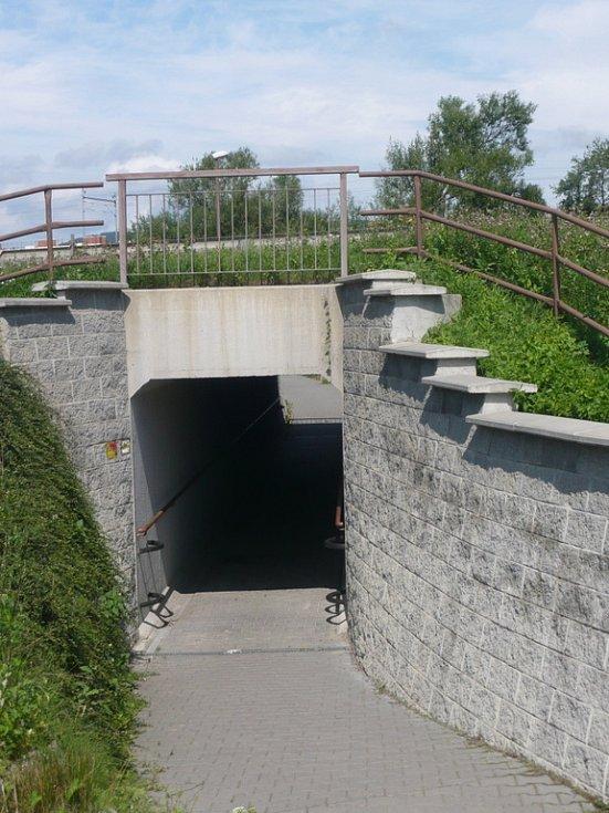 Podjezd pod čtyřproudou komunikací u Jezernice.