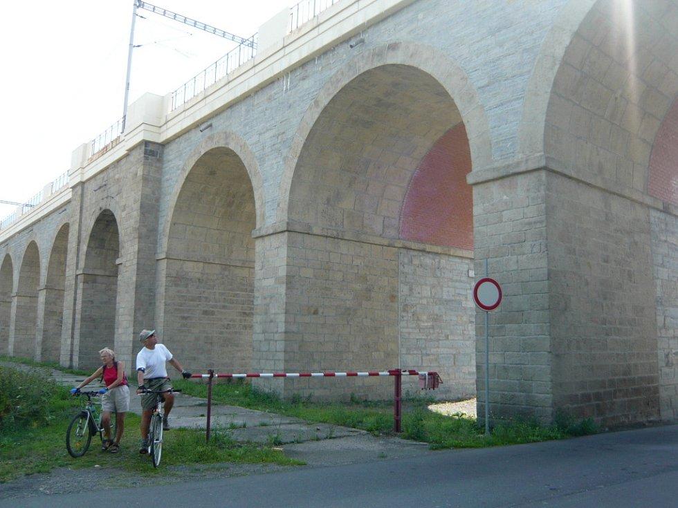 Cesta u jezernických viaduktů.