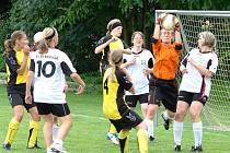 Ženy a dívky hráli fotbal