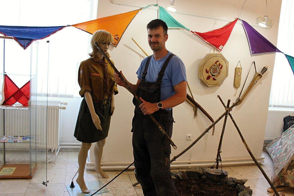 Výstava Buď připraven! mapuje stoletou historii skautingu v Hranicích. V úterý 23. června hraničtí skauti dokončovali její přípravy.