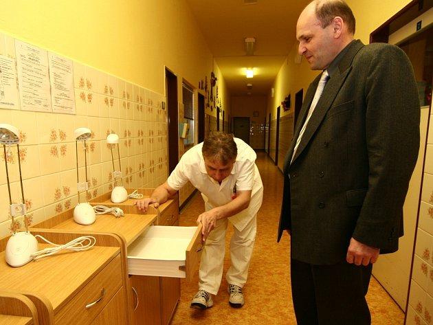 Generální ředitel akciové společnosti Cement Hranice Jaromír Chmela (na snímku vpravo) předal dětskému oddělení hranické nemocnice dárek.