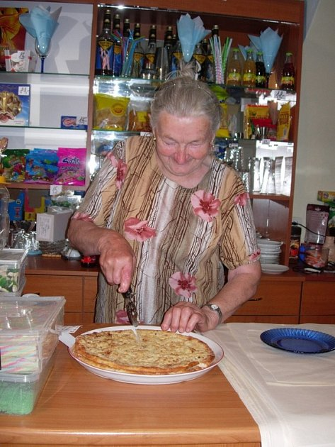 Bohuslava Rošarová se navzdory svému věku stále stará o provoz cukrárny.