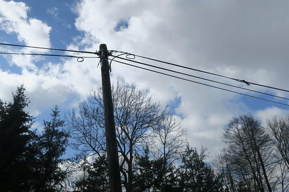 Převážený náklad zachytil u Potštátu o kabel telefonní linky, zavěšený nad komunikací, který pak strhl další kabel elektrického vedení a poničil dům.