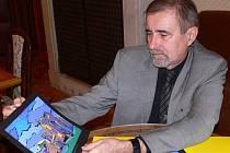 Prostějovský starosta Jan Tesař si přohlíží grafické listy o historii Národního domu, které pro město  zpracoval výtvarník Boris Jirků. K dispozici je jen několik souborů, které  radnice rozdává spíše opatrně jako vzácný dárek.