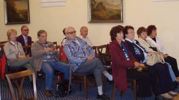 První studenti Akademie třetího věku se zúčastnili slavnostního setkání na Městském úřadě v Hranicích na počátku října roku 2008.