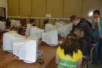 Gymnazisté mají dnes k dispozici jen jedinou učebnu pro informatiku, která je vybavena šestnácti počítači.