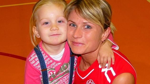 Slávka Mihálová s dcerkou po vítězství nad Olympem.