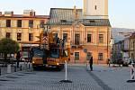 Přípravy na sundání poškozené věžičky na kostele Stětí svatého Jana Křtitele na Masarykově náměstí v Hranicích. 16. dubna 2019