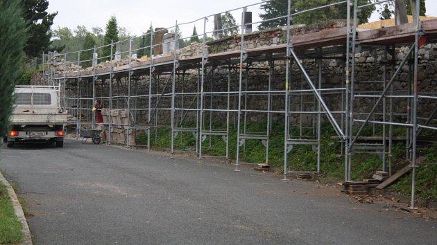 První etapa rekonstrukce hřbitovní zdi by měla být hotová do konce října.