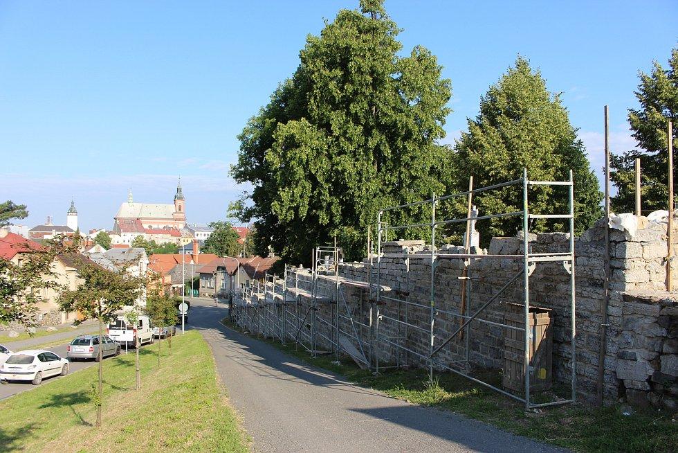 Hřbitovní ulici čekají opravy chodníků.