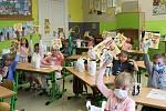 Děti z první třídy ze Základní školy Drahotuše si převzaly v pátek 26. června vysvědčení.