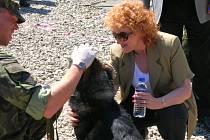 Ministryně obrany si rozuměla i se služebním psem. Ten spolu s psovodem pomáhá vyhledávat nelegální převoz munice, zbraní a drog u civilních obyvatel.
