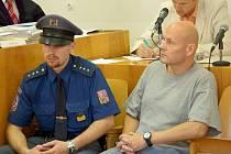 Petr Šmířák, který si v současnosti odpykává trest za majetkovou trestnou činnost, byl k soudu eskortován.