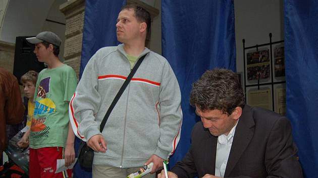 Do Hranic zavítal i vzácný host – mistr světa v letech na lyžích Jaroslav Sakala (vpravo)
