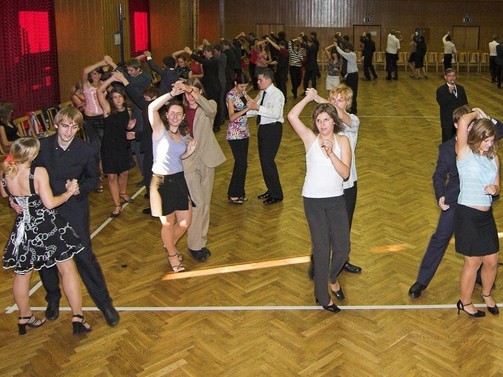 Sál hranické Sokolovny se zaplnil mladými tanečními páry.