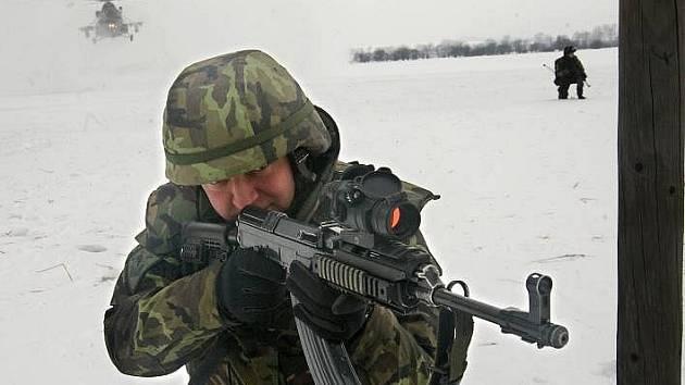 Hraničtí vojáci po přesunu vrtulníkem cvičí napadení patroly