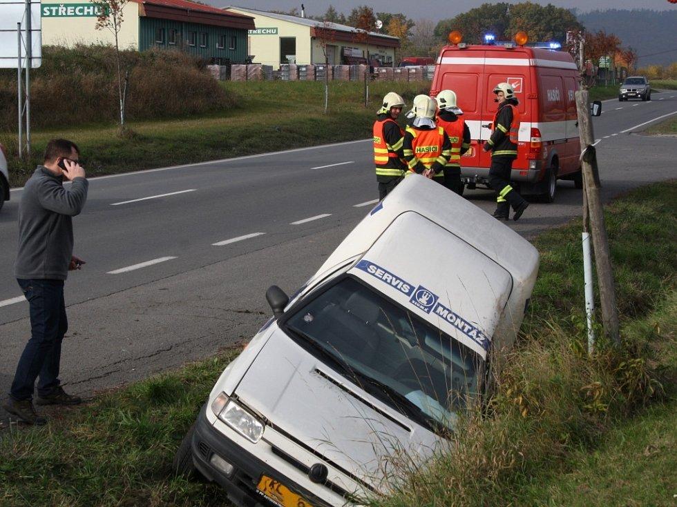 Řidič vjel do příkopy před čerpací stanicí.