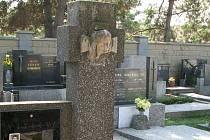 Neznámí vandalové zanechali doslova spoušť na hřbitově v Lobodicích u Tovačova.