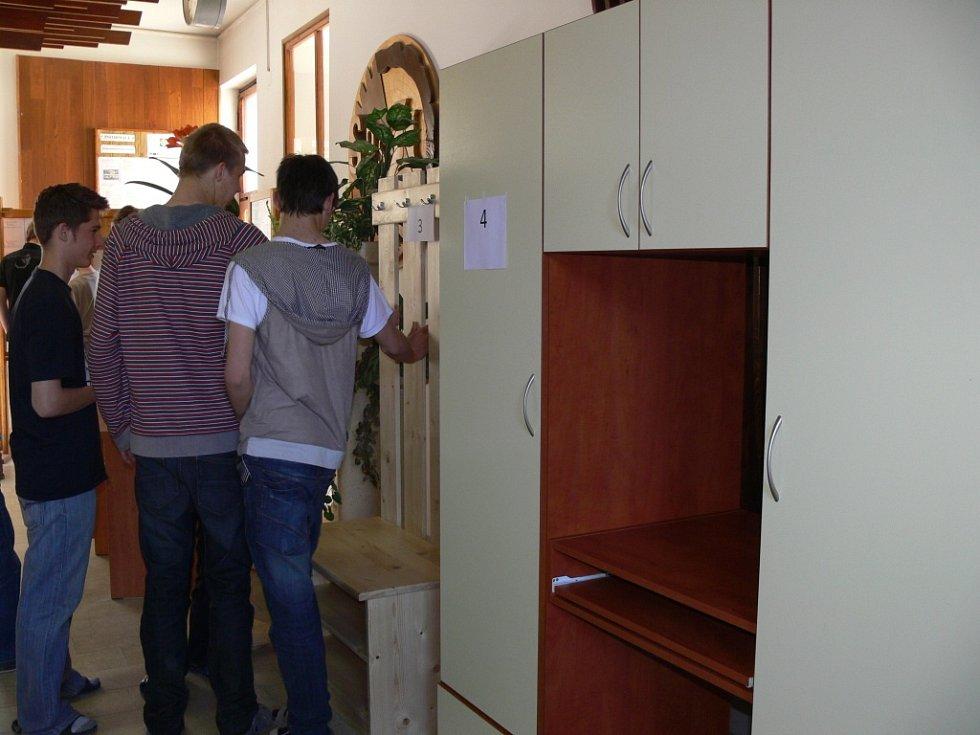 Maturanti oboru nábytkářská a dřevařská výroba ukázali veřejnosti výsledky své práce