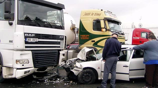 Po neuvěřitelné trase naboural řidič octavie odstavený kamion u benzinky v Hranicích.