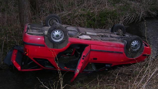 Vůz sjel mimo silnici, převrátil se ze svahu přes levý bok a skončil v opatovickém potoku, kde zůstal ležet na střeše