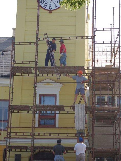 Dělníci sundávali lešení z opravené radnice.