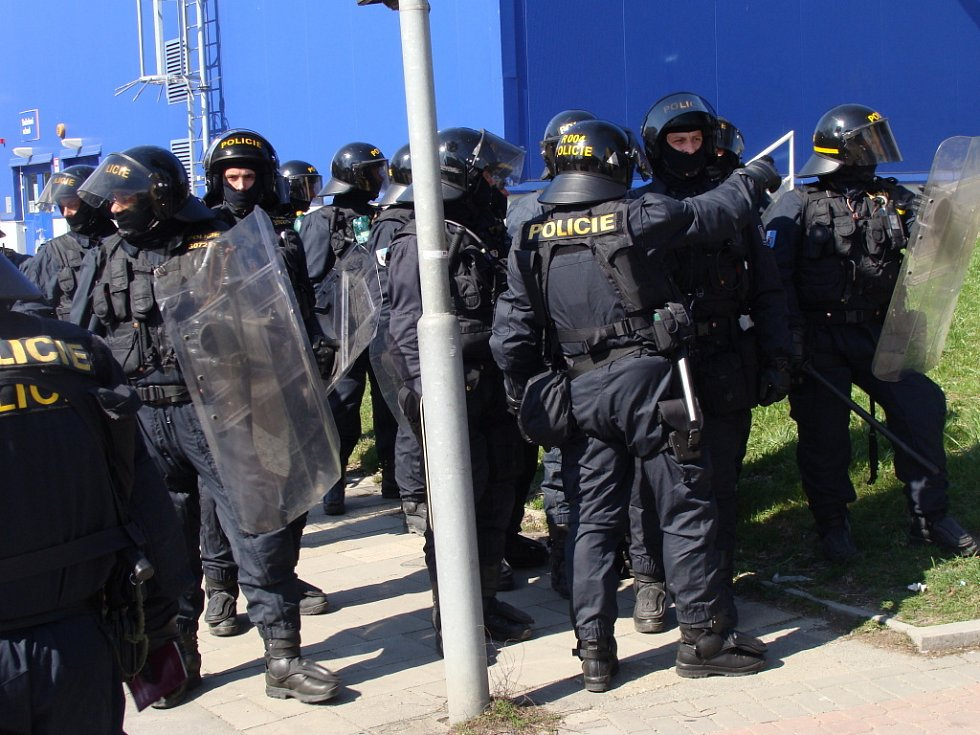 Při pochodu je v ulicích Přerova 700 policistů, je nasazena těžká technika, obrněné transportéry a cisternové stříkačky. Byly nalezeny dva výbušné systémy.