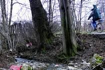 Po zimě je okolí cyklostezky do Velké poseté velkým množstvím odpadků.