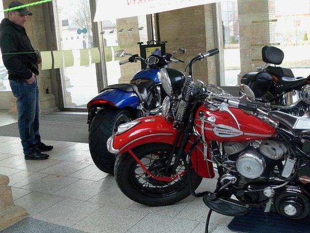 Motocykly Harley Davidson ve dvoraně hranického zámku