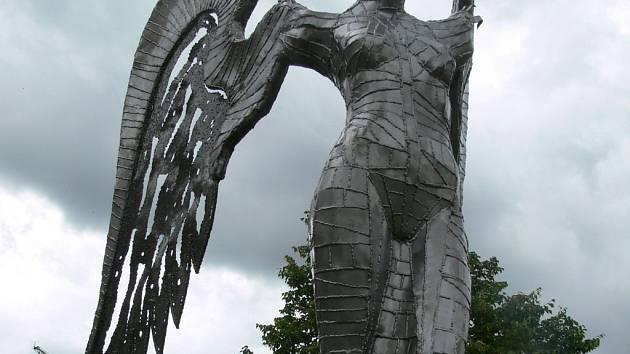 Centrum Lipníka zkrášluje výstava kovových soch.