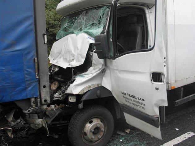 Od obce Polom ve směru na Bělotín podle policistů nedodržel řidič bezpečný odstup od nákladní soupravy s návěsem.