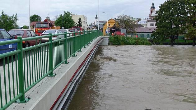 Rozvodněná Bečva. Ilustrační foto